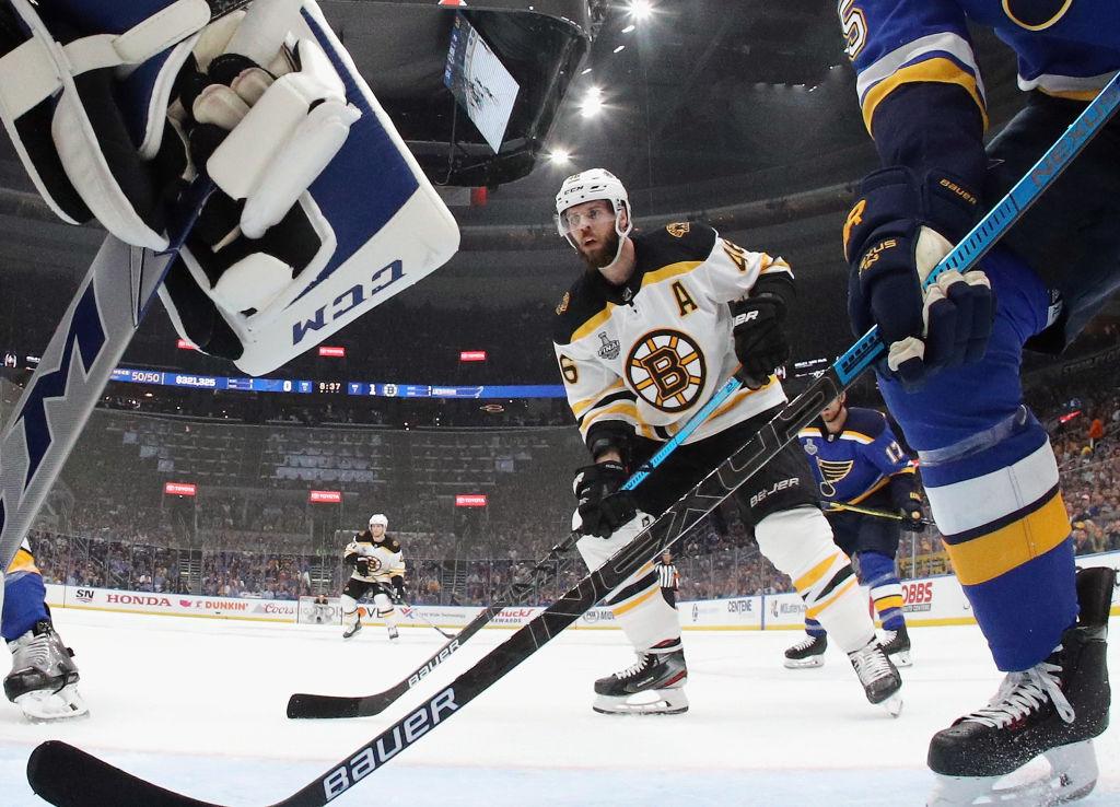 El video del cervezazo que causó brutal pelea en un partido de hockey de la NHL