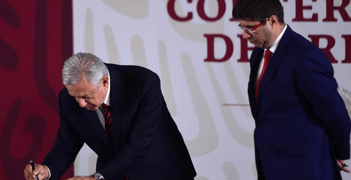 'Es sufragio efectivo, no reelección y no corrupción': AMLO firma otra vez documento no reelección