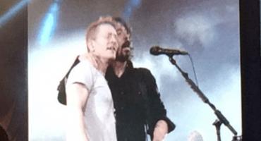 Como un crack: Dave Grohl le canta