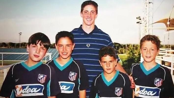 Los 5 futbolistas que se tomaron una foto con sus ídolos antes de jugar con ellos