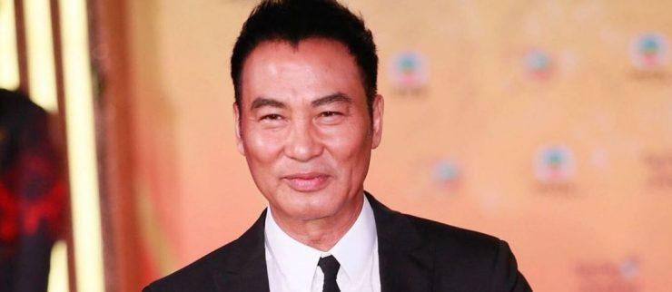 WTF?! Apuñalan al actor chino Simon Yam durante una entrevista en vivo