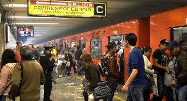 México mágico: A una viejita se le cayó su dentadura en el Metro CDMX y todo se descontroló
