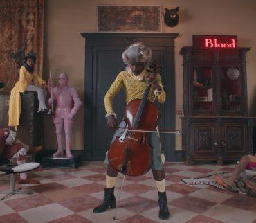 "Blood Orange hace un Marie Antoinette reloaded en el video para ""Benzo"""