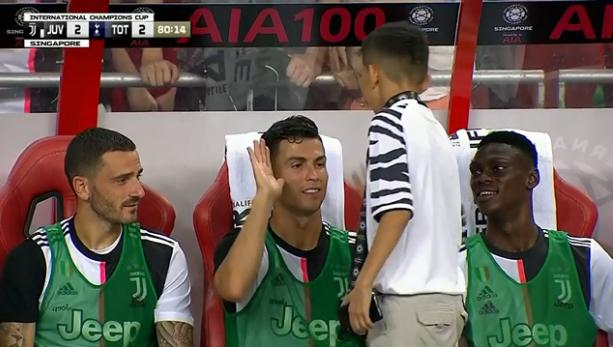 Cristiano Ronaldo invitó a un niño a ver el partido desde la banca de la Juventus