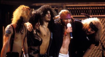 La vez que un comediante opacó la visita de Guns N' Roses a México