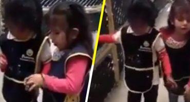 Aún hay esperanza: Una niña ciega le enseña a una compañerita a usar bastón guía