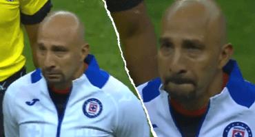 'Conejo' Pérez rompe en llanto en el homenaje de Cruz Azul en el Estadio Azteca