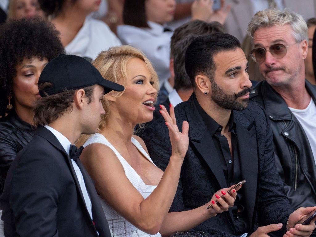 Pamela Anderson acusa a campeón del mundo de 'romperle las manos'