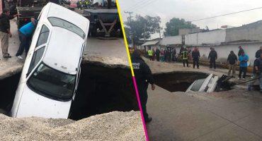 ¿Y luego? Dos carros caen en un socavón en El Chamizal, Ecatepec
