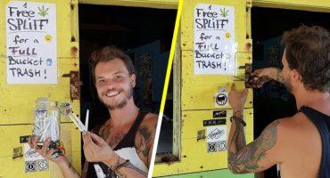¡Qué ofertón! Este sujeto regala marihuana a turistas que recojan basura en las playas