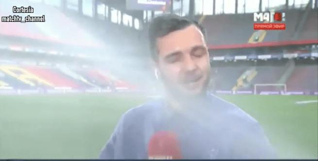 Reportero terminó empapado en plena transmisión por culpa del sistema de riego