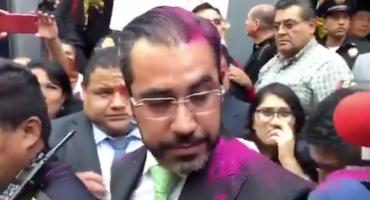 Manifestantes reclaman justicia y arrojan diamantina al titular de la Secretaría de Seguridad CDMX