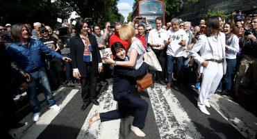 Mira a miles de fans de los Beatles festejando en Abbey Road los 50 años del disco