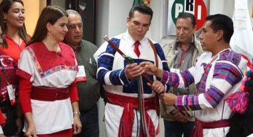 Eso ya se ha visto: Líder del PRI recibe Bastón de Mando de pueblos indígenas