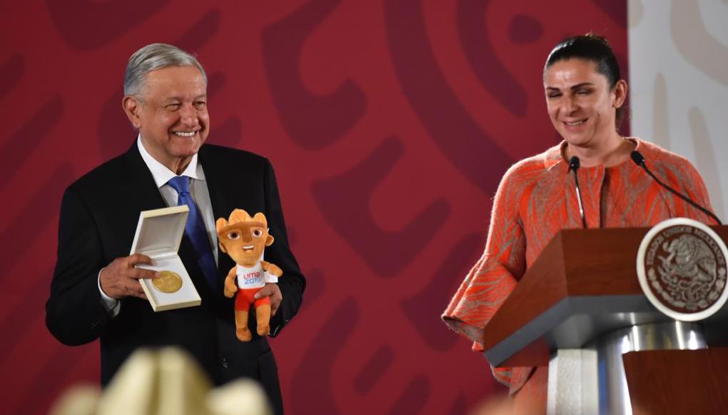 Se cuelga la medalla... literal: premian a AMLO por apoyar a deportistas