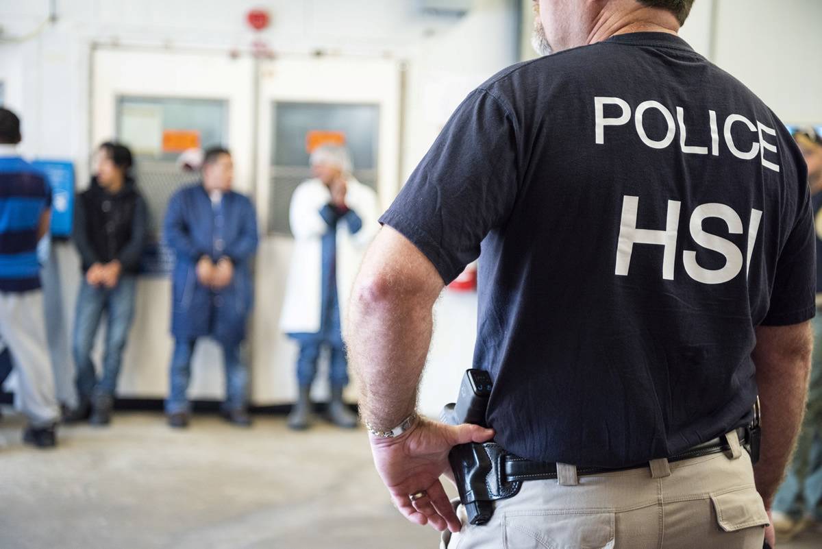Al menos 8 mexicanos detenidos en redada masiva de Mississippi