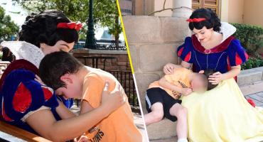 Qué bello: Este fue el tierno gesto que tuvo Blancanieves al calmar a un niño con autismo