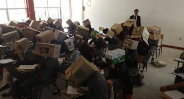 Denuncian a profe de Tlaxcala por hacer que alumnos pusieran cajas en sus cabezas