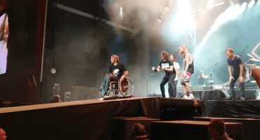 There goes my hero! Dave Grohl subió a un chico en silla de ruedas al escenario