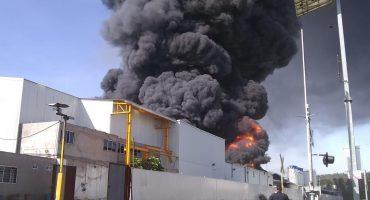 Fuerte incendio consume una fábrica en Morelia, Michoacán