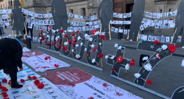 Familias de desaparecidos entregan al gobierno de AMLO más de 100 mil firmas para exigir