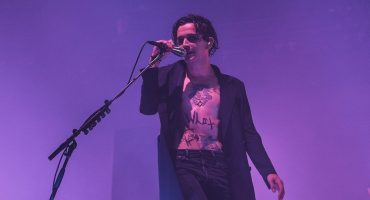 Matt Healy de The 1975 desafió leyes anti LGBT al besar fan en Dubai