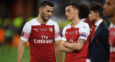 Ozil y Kolasinac no jugarán la primera fecha de la Premier, tras enfrentar a ladrones