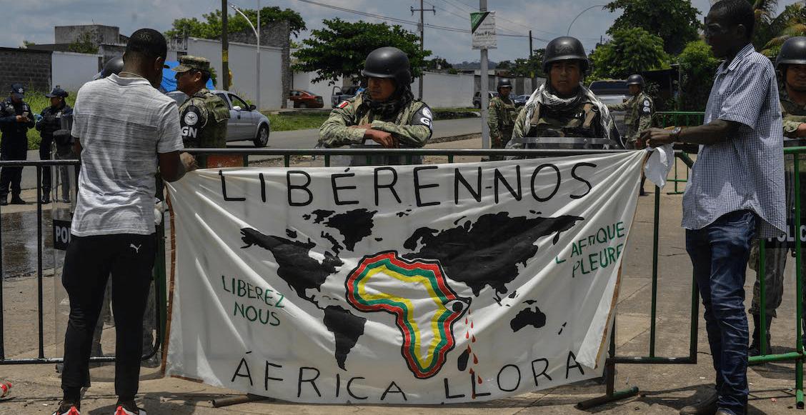 Migrantes africanos y de Haití marchan en Chiapas; piden la atención del INM