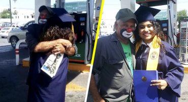 Así reaccionó un payasito que trabajaba en una gasolinera al ver a su hija recién graduada