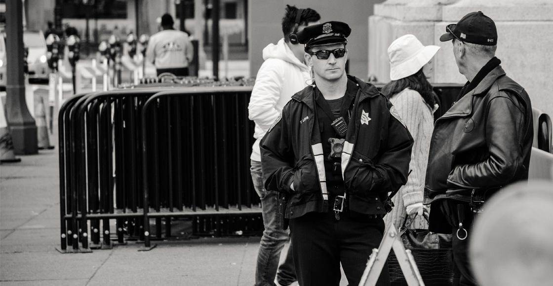 WTF?! Policías desentierran a compañero para recuperar el uniforme con el que fue sepultado 😨