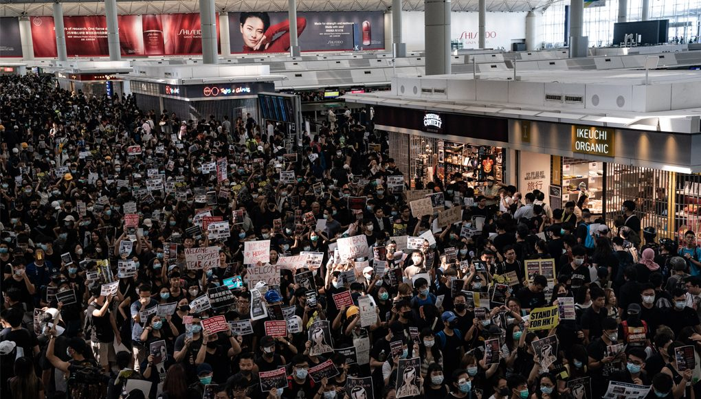 Repelen a manifestantes con gas pimienta en aeropuerto de Hong Kong