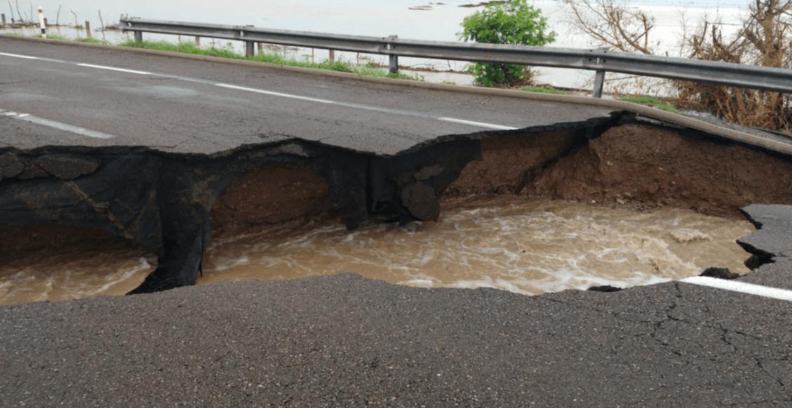 Surge socavón en la Autopista Mazatlán-Culiacán tras lluvias provocadas por Ivo