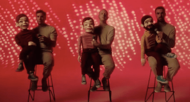 Muñecos de ventrilocuo se apoderan de Two Door Cinema Club en el video de