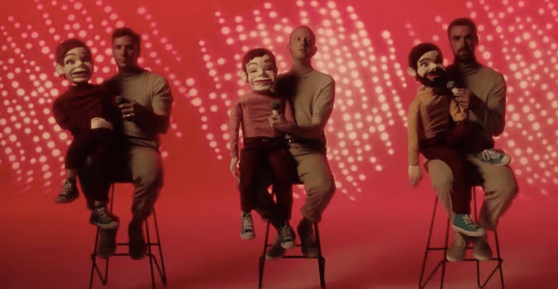 Muñecos de ventrilocuo se apoderan de Two Door Cinema Club en el video de