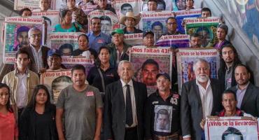 AMLO se une a los papás de los 43 desaparecidos de Ayotzinapa para el pase lista
