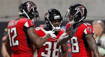 En duelo lleno de intercepciones, Falcons volaron más alto que las Eagles