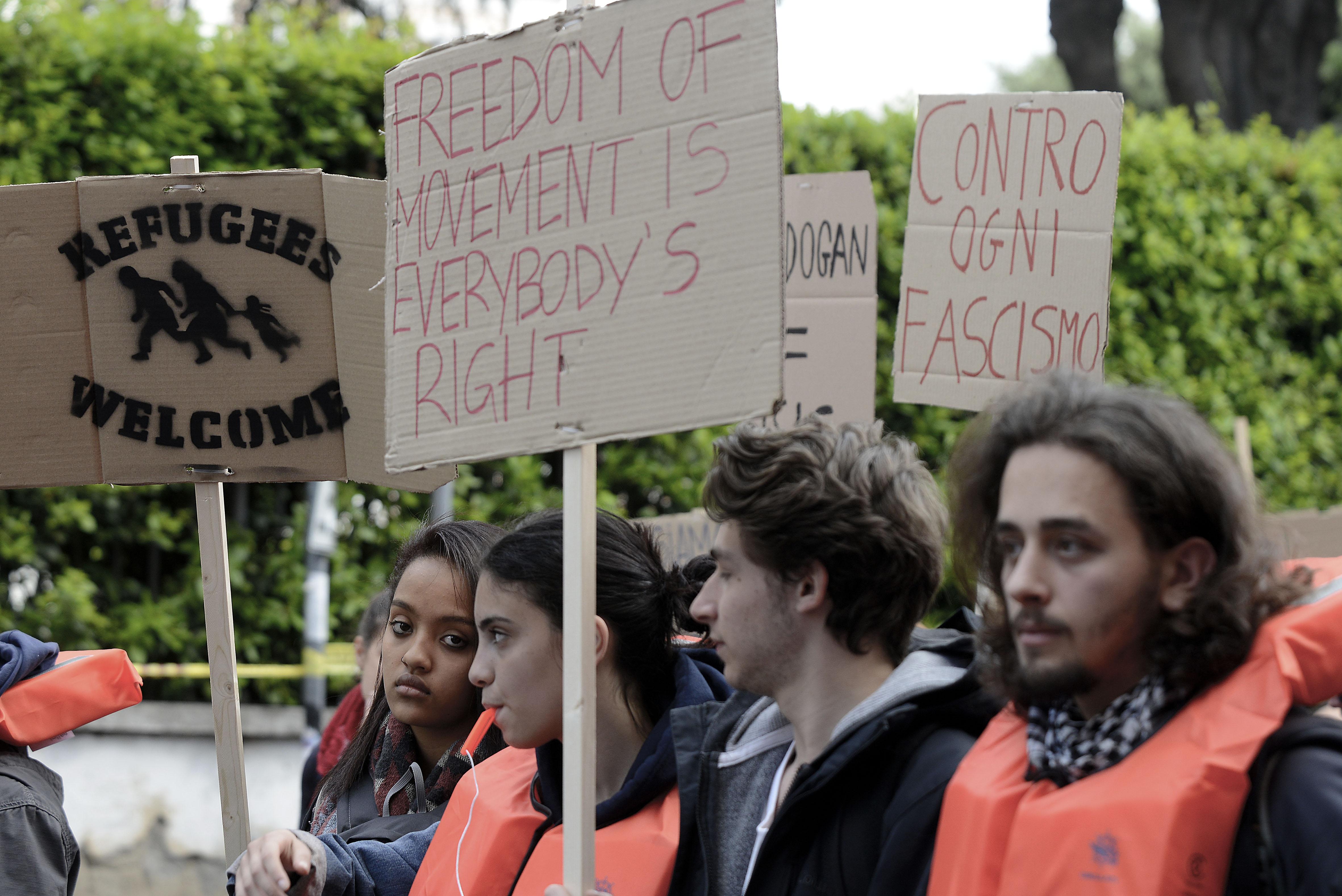 jóvenes interesados en política migratoria