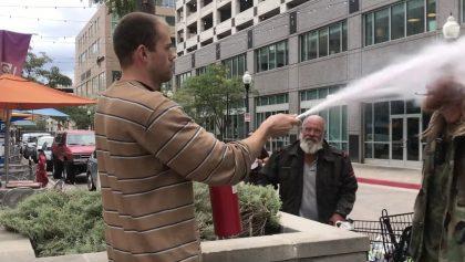 ¡Eso le pasa! Hombre descarga extintor contra otro que fumaba en área prohibida