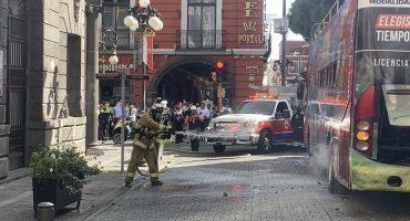 Explotan llantas de Turibús en el Centro de Puebla y se registra incendio