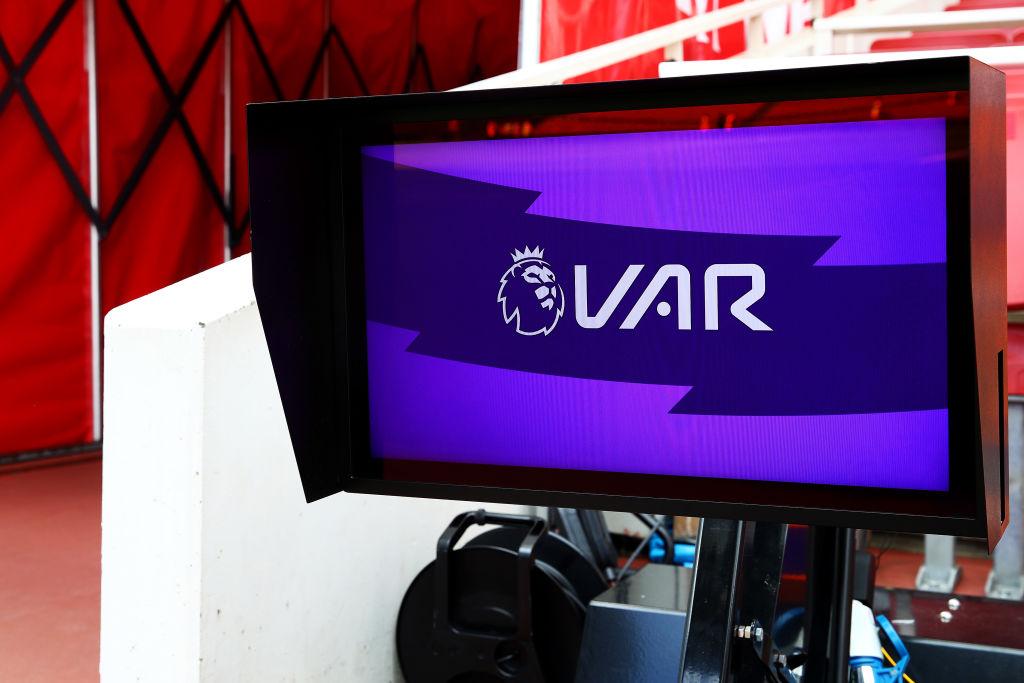 Tarjeta roja a jugadores de la Premier que entren a la sala del VAR... ¡a 20 km de distancia!