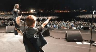 Un rockero en potencia: Los Foo Fighters tocan