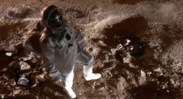 Y no es en la CDMX: Hombre protesta por baches de su colonia simulando que está en la luna