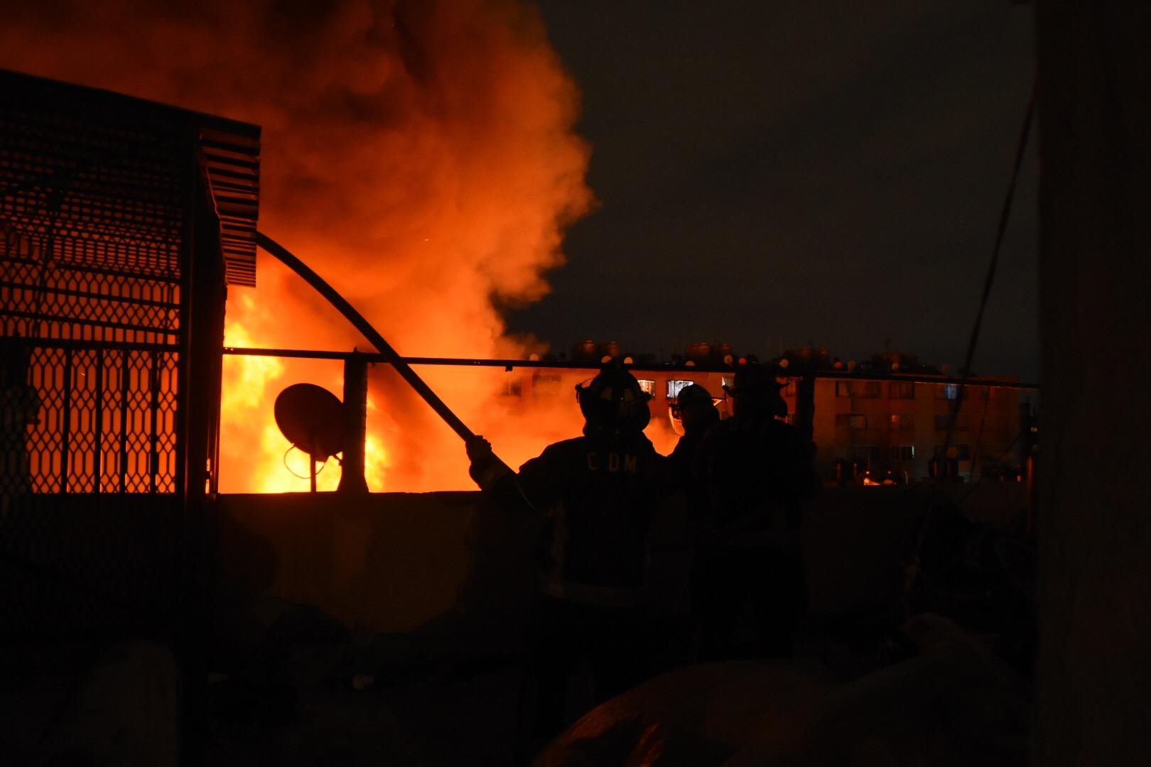 Más de mil son evacuados por incendio en Tepito; sospechan que inició por cuetes