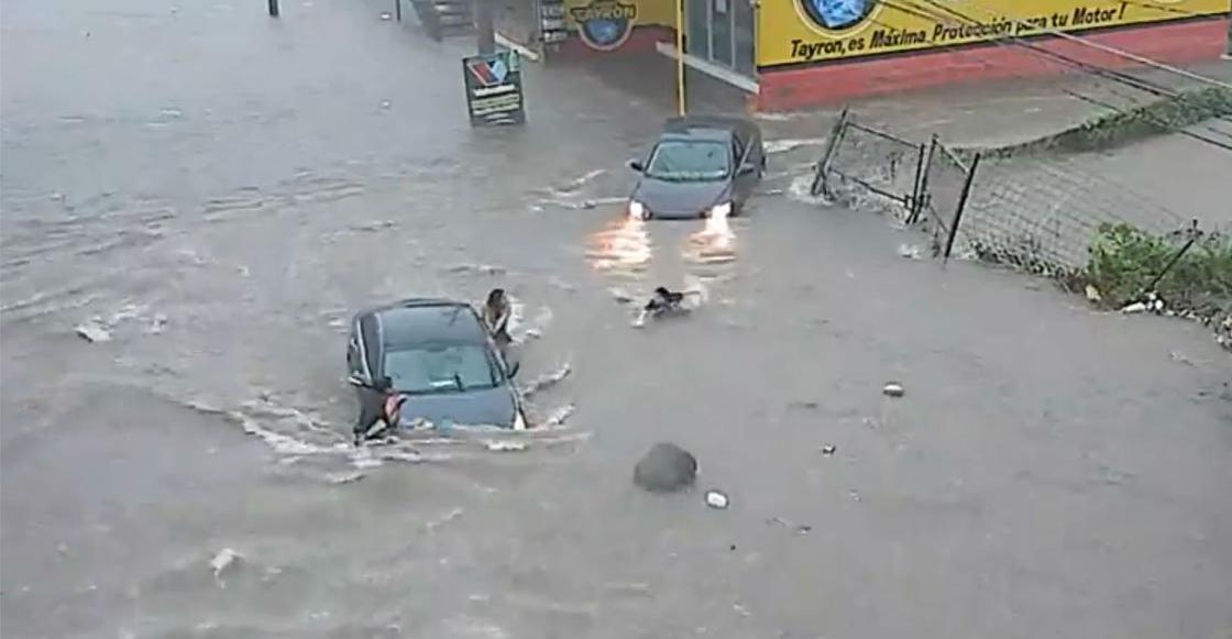 Mujer cae en coladera y desaparece durante inundación en Culiacán, Sinaloa