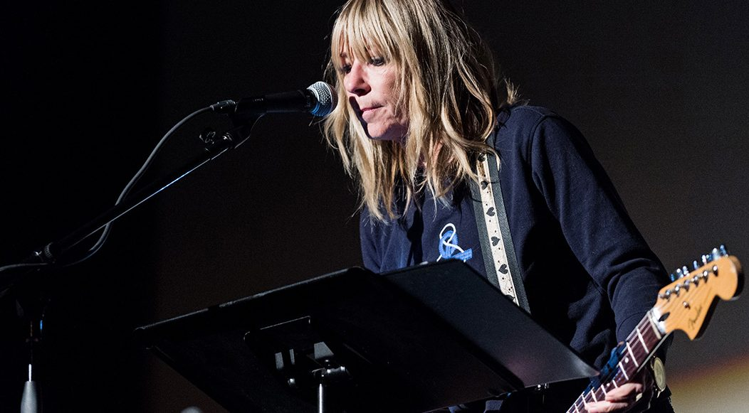Kim Gordon sed pone minimalista con el video de 'Air BnB'