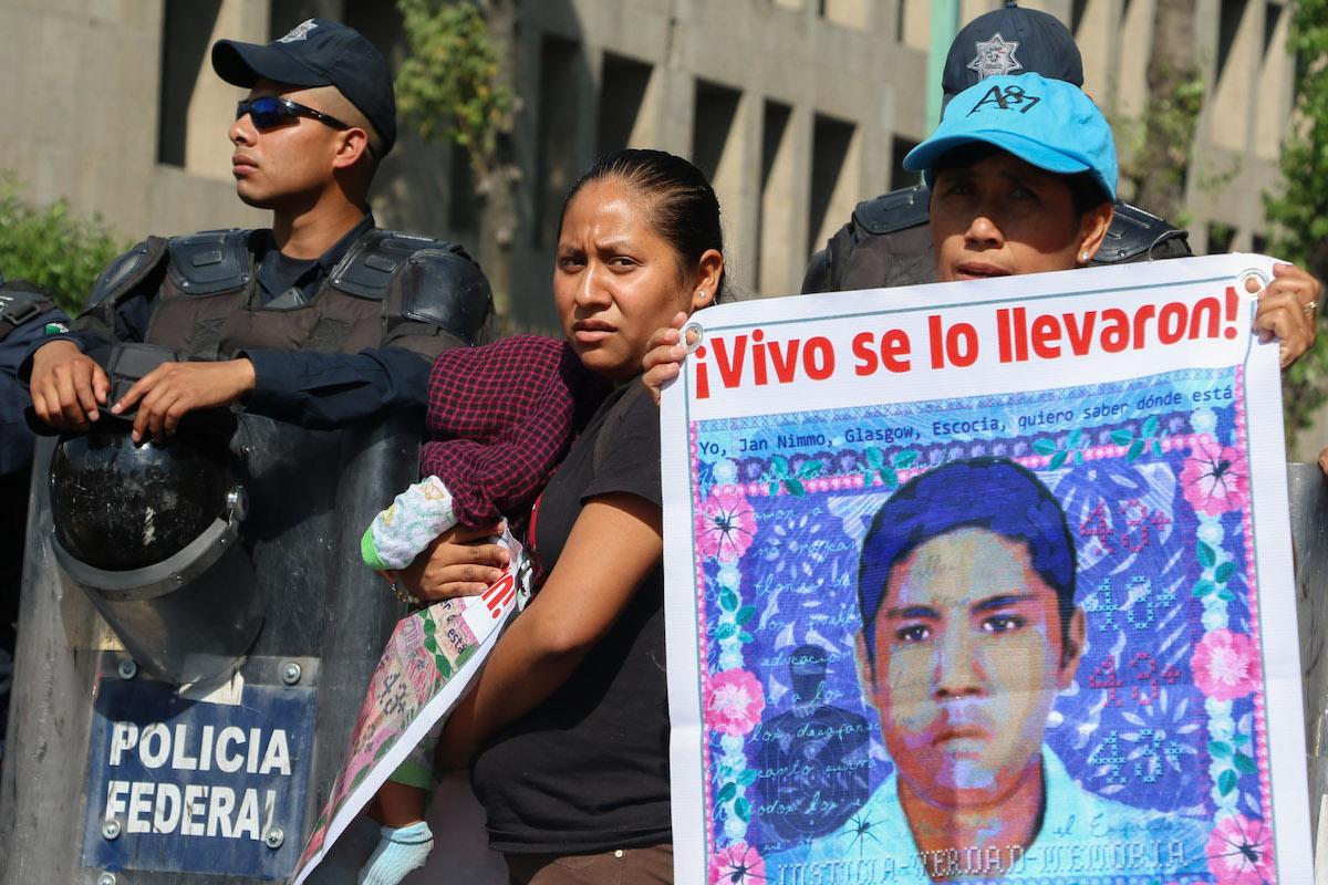 manifestación-papás-normalistas-ayotzinapa