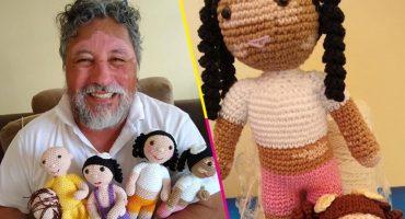 El abuelito que hace muñecas con vitiligo para ayudar a los niños a sentirse cómodos y felices
