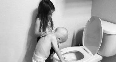 La conmovedora historia de la foto de una niña consolando a su hermanito de 4 años con cáncer