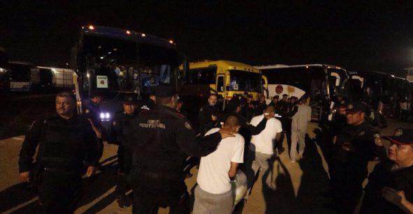 Sigue la mudanza: 900 reos del penal de Topo Chico fueron trasladados a Apodaca