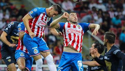 Una vez más con 9 hombres en el campo, Chivas no pudo ganarle a Pumas, que rescató el empate con un gol en tiempo agregado.